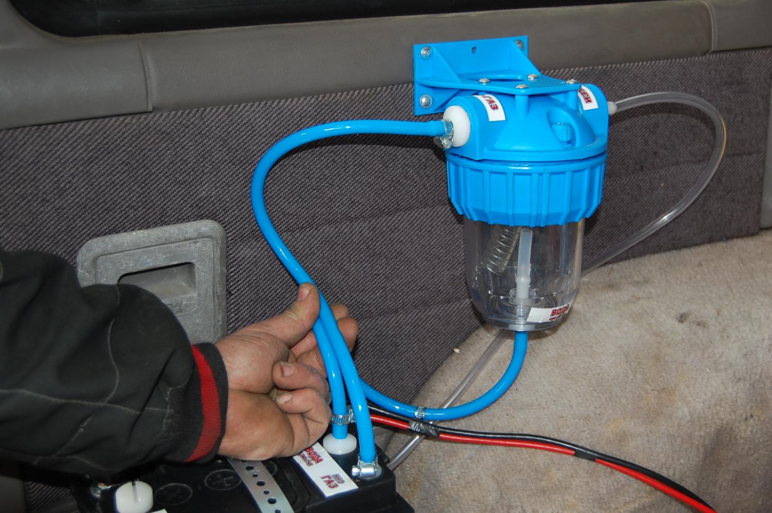 """Подсъединяваме водородната клетка – щуцер """"HHO газ"""" към """"Вход газ"""" на водния филтър."""
